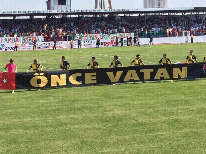 """İstanbulspor, Amedspor maçına """"Önce Vatan"""" pankartıyla çıkınca tribünlerde gerilim yükseldi."""