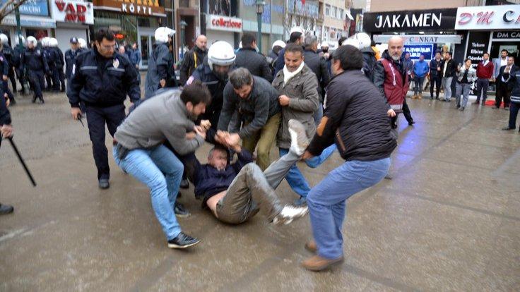 Çorlu'da gözaltına alınanlar İlçe Emniyet Müdürlüğü'ne götürüldü.