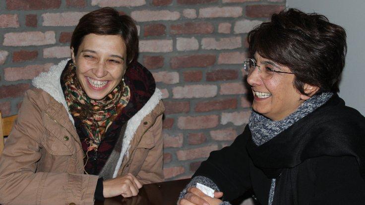 Akademisyen Nuriye Gülmen (solda) ve öğretmen Acun Karadağ, işlerine ve öğrencilerine kavuşana kadar mücadelede kararlı olduklarını söylüyorlar. (Fotoğraflar: Seyri Sokak)