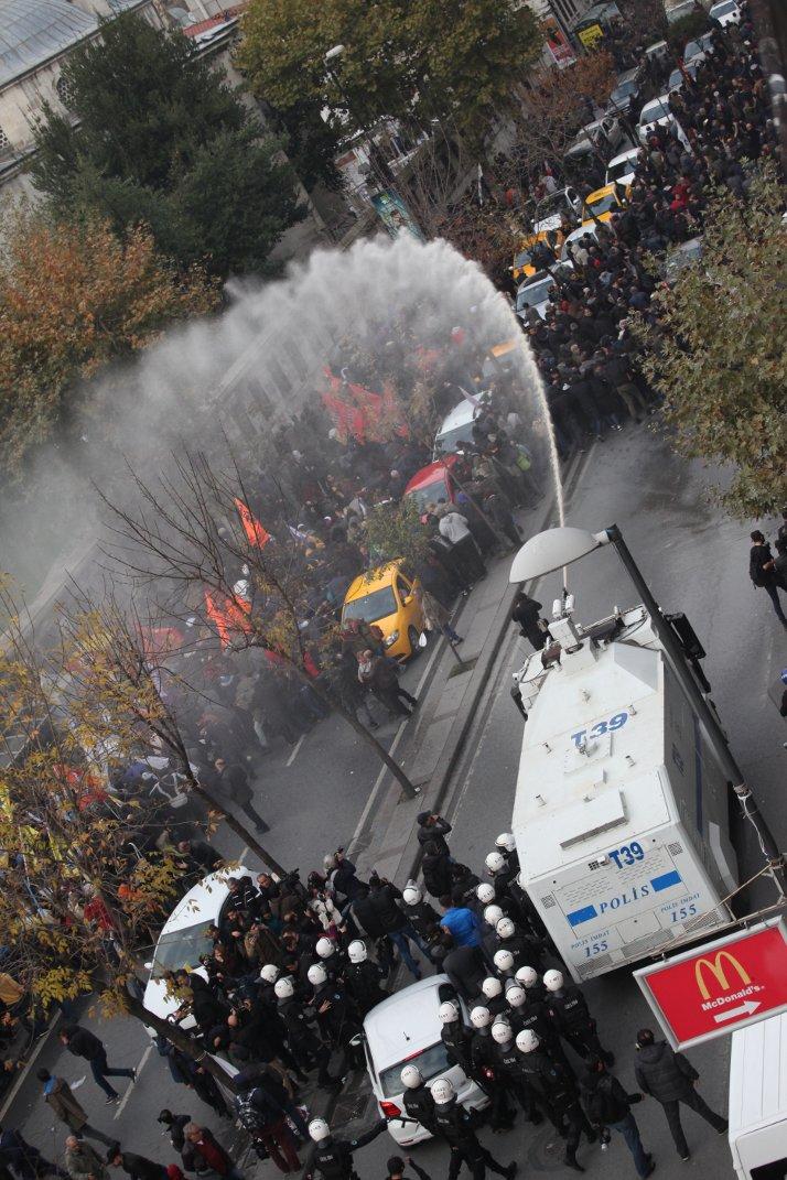 Cumhuriyet gazetesine yürüyen kitle TOMA'yla dağıtıldı. (FOTOĞRAF: SADIK GÜLEÇ)