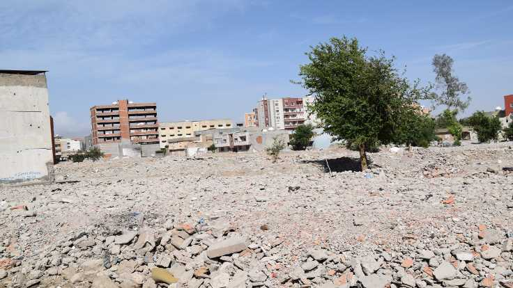 Cizre'de yasağın kaldırılmasının ardından bodrum katlarına ait molozlar şehrin dışına atılmıştı