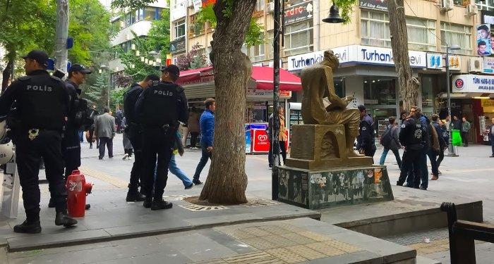 Polisin, İnsan Hakları Anıtı çevresindeki bekleyişi sürüyor.