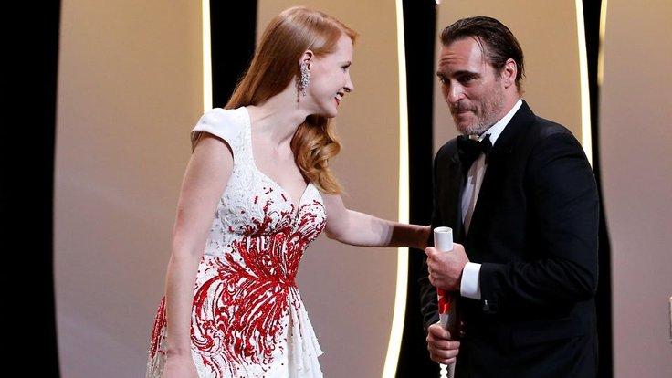 Joaquin Phoenix, en iyi aktör ödülünü alırken