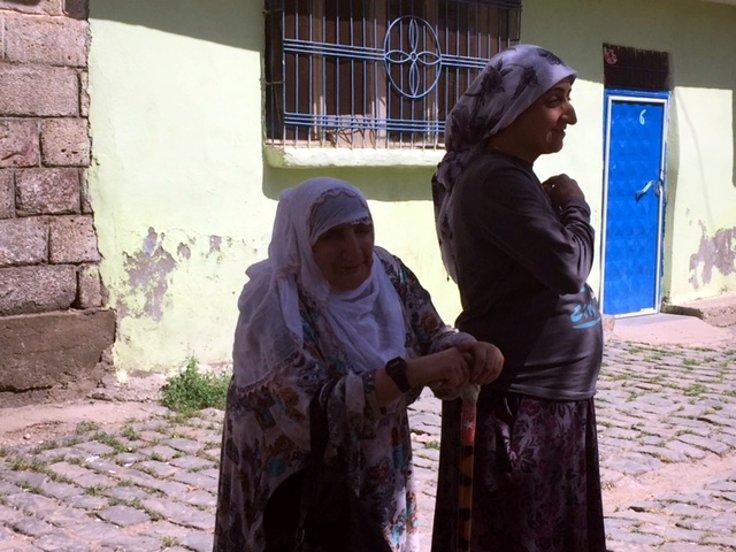 Yaşlı kadın ve kızı