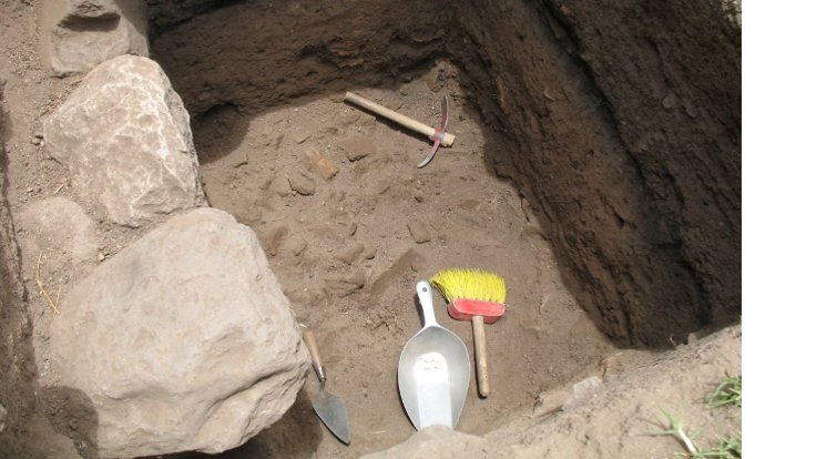 Bir Pomacocha tekstil atölyesinde 17. ve 18. yüz yıl sonlarına ait bu çöp höyüğünün kazılması, işçilerin yetersiz beslenmelerini atölye tesisi içinde yetiştirdikleri veya çöpten topladıkları gıdalarla takviye ettiklerini ortaya çıkardı. (Di Hu)