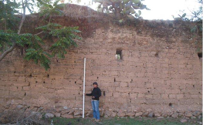 Pomacocha'daki tekstil atölyesi tesisini çevreleyen sömürge dönemi duvarları 10 metre yüksekliğinde ve işçileri içeride tutmak için tasarlanmıştı. (Di Hu)
