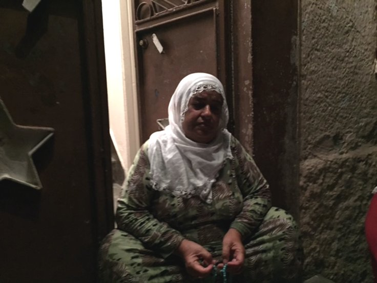 Kimi kimsesi olmayan Aynur Güneş, yıkılacak evlerden biri olan evinin önünde öteberi satarak geçiniyor.