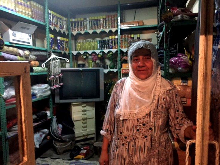 Evi yıkılacak evler listesinde yer alan Mevlüde Ak, kocasıyla birlikte küçük dükkanlarında uyuyor.