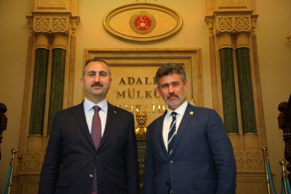 Bakan Gül (solda) ve Feyzioğlu birlikte hatıra fotoğrafı çektirdi.