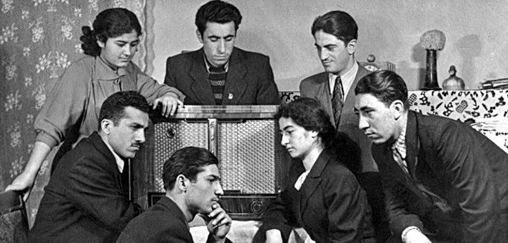 'Erivan radyosunun Kürtçe yayınını dinlemiş her Kürdün anlatacağı şeyler vardır' Kürt öğrenciler Erivan radyosunun Kürtçe yayınını dinlerken… (Fotoğraf: Agos Gazetesi)