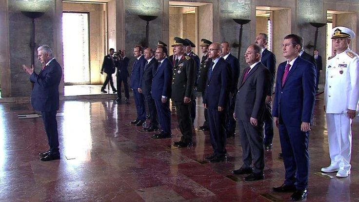 Başbakan Yıldırım, YAŞ heyetinin Anıtkabir ziyaretinde Fatiha okudu.