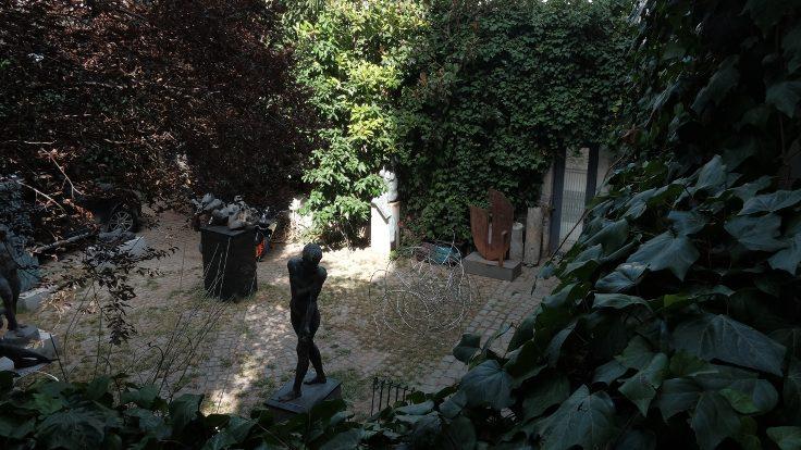 Yunus Tonkuş'un evinin bahçesi...